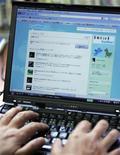 """<p>""""Hacker Croll"""", un jeune Auvergnat de 24 ans qui s'est introduit sur des comptes Twitter de personnalités américaines comme Barack Obama et Britney Spears devra rendre des comptes à la justice. Il sera jugé le 24 juin par le tribunal correctionnel de Clermont-Ferrand (Puy-de-Dôme) et risque deux ans de prison et 30.000 euros d'amende pour accès illégal à un système informatique. /Photo d'archives/REUTERS/Michael Caronna</p>"""