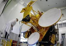 <p>Des satellites Eutelsat. L'Union internationale des télécommunications (UIT) a sommé l'Iran de mettre fin au brouillage des opérations par satellite du français Eutelsat sur son territoire, qui contreviennent aux règles de l'agence des Nations unies. /Photo prise le 7 octobre 2009/REUTERS/Eric Gaillard</p>