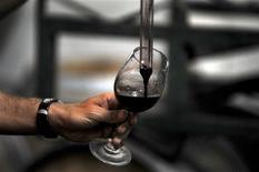 <p>Un trabajador prueba un vino tinto al interior del viñedo Montgras en el valle de Colchagua, al sur de Santiago, Chile, mar 25 2010. Un terremoto de magnitud 8,8 destruyó en febrero 125 millones de litros de vino chileno, y con eso, un pequeño trozo del corazón del país. REUTERS/Marco Fredes</p>