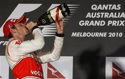 <p>Il pilota della McLaren Jenson Button festeggia sul podio del Gp d'Australia. REUTERS/Scott Wensley (AUSTRALIA - Tags: SPORT MOTOR RACING)</p>