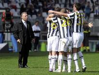 <p>L'abbraccio dei giocatori bianconeri dopo il gol di Alessandro Del Piero alla Juventus. REUTERS/Paolo Bona (ITALY - Tags: SPORT SOCCER)</p>