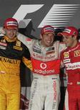 <p>Robert Kubica, Jenson Button e Felipe Massa comemoram os três primeiros lugares do Grande Prêmio da Austrália. 28/03/2010 REUTERS/Daniel Munoz</p>