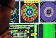 """<p>Foto de archivo de un científico frente a un monitor en el centro de control de la Organización Europea para la Investigación Nuclear en la frontera suizo-francesa cerca de Ginebra, sep 10 2008. Científicos en el centro de investigación CERN comenzarán el martes a hacer que partículas colisionen a una potencia extremadamente elevada y cerca de la velocidad de la luz, a fin de crear versiones minúsculas del """"Big Bang"""" que originó el universo. REUTERS/Fabrice Coffrini/Pool</p>"""