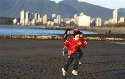 <p>Alcuni bambini giocano sulla spiaggia di Vancouver. REUTERS/Chris Helgren (CANADA - Tags: CITYSCAPE SPORT OLYMPICS SOCIETY)</p>