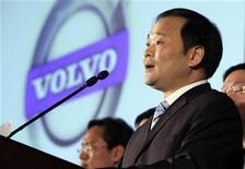 <p>El presidente de Zhejiang Geely Holding Group, Li Shufu, responde a las preguntas de la prensa, en Pekín. Mar 30 2010. Zhejiang Geely Holding Group, el mayor fabricante privado de autos en China, dijo el martes que la escala era clave para devolverle a Volvo la rentabilidad, pero que no tiene planes actuales para fabricar la marca sueca en el país asiático. REUTERS/Jason Lee</p>