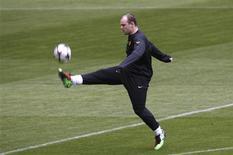 <p>Atacante Wayne Rooney do Manchester United faz exercício com bola durante treino em Munique. REUTERS/Michaela Rehle</p>