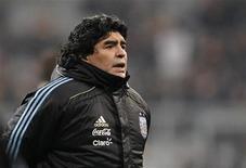 <p>O técnico da seleção argentina, Diego Maradona, aguarda amistoso contra a Alemanha em Muquie. Segundo a imprensa local na terça-feira, Maradona foi internado às pressas numa clínica após ser mordido no rosto por um cachorro. 03/03/2010 REUTERS/Johannes Eisele</p>