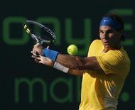 <p>O espanhol Rafael Nadal rebate jogada do compatriota David Ferrer em jogo do Masters de Miami, na Flórida. Nadal derrotou Ferrer por 2 sets a 0 nesta terça-feira, avançando para as quartas-de-final. 30/03/2010 REUTERS/Andrew Innerarity</p>