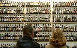 <p>Посетители стоят перед стендом с германским пивом на сельскохозяйственной выставке 'Gruene Woche 2005' в Берлине 23 января 2005 года. Комиссия по торговым маркам и брендам Евросоюза разрешила одной из немецких компаний выпустить пиво под маркой Fucking Hell, сообщает Der Spiegel (www.spiegel.de). REUTERS/Arnd Wiegmann</p>