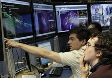 <p>30 marzo 2010, ricercatori del Cern. REUTERS/Denis Balibouse</p>