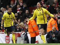 <p>Zlatan Ibrahimovic, do Barcelona, comemora gol em empate em 2 x 2 com o Arsenal. REUTERS/Eddie Keogh</p>