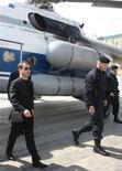 <p>Президент России Дмитрий Медведев во время прилета в Махачкалу 1 апреля 2010 года. Президент России Дмитрий Медведев прибыл в Махачкалу, столицу Дагестана, на второй день после того как взрывы смертников потрясли один из городов северокавказской республики, унеся 12 жизней. REUTERS/RIA Novosti/Kremlin/Mikhail Klimentyev</p>
