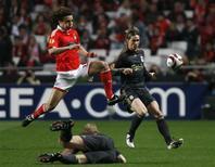 <p>David Luiz, do Benfica, luta pela bola com Fernando Torres, do Liverpool, durante partida pelas quartas-de-final da Liga Europa, em Lisboa, 1o de abril de 2010. REUTERS/Nacho Doce</p>