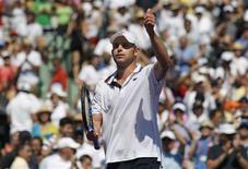 <p>Andy Roddick acena para o público após ter derrotado o espanhol Rafael Nadal na Flórida. REUTERS/Andrew Innerarity</p>