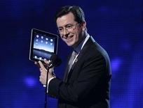 <p>Stephen Colbert muestra el iPad de Apple durante la versión número 52 de los premios Grammy en Los Angeles, el 31 de enero del 2010. REUTERS/Mike Blake</p>