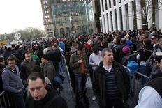 <p>Clienti in fila davanti all'Apple Store di New York per acquistare l'iPad. REUTERS/Jessica Rinaldi</p>