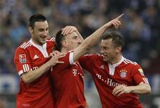 <p>Diego Contento, Franck Ribery e Ivica Olic do Bayern de Munique comemoram gol de Ribery. O Bayern de venceu neste sábado o Schalke 04 por 2 a 1 e substituiu o time adversário na liderança do Campeonato Alemão. 03/04/2010 REUTERS/Ralph Orlowski</p>