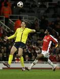 <p>Ibrahimovic marca contra o Arsenal em Londres. O atacante do Barcelona Zlatan Ibrahimovic está fora do jogo de terça-feira contra o Arsenal pelas quartas-de-final da Liga dos Campeões após sofrer uma lesão na panturrilha no sábado, afirmou o clube espanhol em comunicado.31/03/2010.REUTERS/Albert Gea</p>
