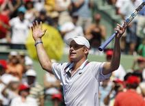 <p>Tenista norte-americano Andy Roddick comemora após vencer final do Aberto de Miami. Ele bateu o tcheco Tomas Berdych por 7-5 e 6-4 neste domingo, 4 de abril de 2010. REUTERS/Andrew Innerarity</p>