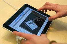 <p>L'iPad d'Apple dans un magasin à San Francisco, en Californie, le jour du lancement. Le groupe à la pomme annonce avoir vendu plus de 300.000 iPad samedi, au premier jour de la commercialisation de sa nouvelle machine, à mi-chemin entre un ordinateur portable et un smartphone. /Photo prise le 3 avril 2010/REUTERS/Robert Galbraith</p>