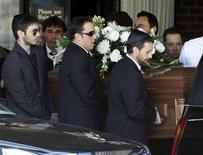 <p>Imagen de archivo del funeral del actor Corey Haim en Toronto. Mar 16 2010. El actor Corey Haim compró más de 550 dosis de fármacos con prescripción incluyendo Valium y Vicodin en las semanas antes de su muerte el 10 de marzo, dijo el martes el fiscal general de California Jerry Brown. REUTERS/Mike Cassese/Archivo</p>