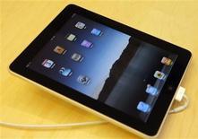 <p>Le succès initial de l'iPad d'Apple, lancé samedi aux Etats-Unis, pourrait ouvrir de belles perspectives pour les éditeurs dans le secteur numérique mais aussi entraîner une hausse des prix des livres au détriment des consommateurs. /Photo prise le 3 avril 2010/REUTERS/Robert Galbraith</p>