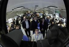 """<p>Imagen de archivo de físicos parados frente a una pantalla antes de la primera colisión exitosa, en el CERN. Mar 30 2010. Físicos en el centro de investigación nuclear CERN dijeron el miércoles que crearon 10 millones de """"mini Big Bang"""" en la primera semana de operaciones a alta potencia en su maratónico experimento para investigar los secretos del cosmos. REUTERS/Denis Balibouse/ARCHIVO</p>"""