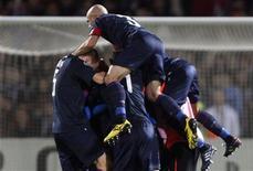 <p>Jogadores do Olympique Lyon comemoram classificação à Liga dos Campeões após eliminar o Bordeaux. REUTERS/Regis Duvignau</p>