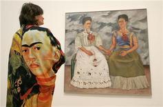 """<p>Imagen de archivo de """"Las dos Fridas"""" de la artista Frida Kahlo durante una exhibición en Londres. Jun 7 2005. Una pintura de Frida Kahlo de un ídolo precolombino reaparecerá en público por primera vez en 72 años cuando salga a la venta el próximo mes en Christie's, dijo la casa de subastas. REUTERS/Toby Melville/Archivo</p>"""