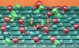 """<p>Фанаты смотрят бейсбольный матч между """"Флоридой"""" и """"Милуоки"""" в окружении надувных инопланетян 24 июля 1999 года. Инопланетяне существуют и находятся среди нас в обличии людей - так считают 20 процентов людей, опрошенных по всему миру. REUTERS/Colin Braley</p>"""