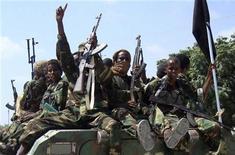 """<p>Члены экстремистской группировки """"аль-Шабаб"""" проезжают по улицам столицы Сомали Могадишо 1 января 2010 года. В течение многих веков сомалийцы прибегали к помощи поэзии и музыки в качестве инструмента протеста против властных правителей, с которыми они боялись сталкиваться напрямую. В наше время несколько молодых сомалийцев исполняют рэп-музыку против исламистов, которые, как говорят сами музыканты, используют религию для ведения войны в их стране. REUTERS/Feisal Omar</p>"""