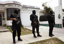 <p>Polícia Federal mexicana em frente ao departamento médico-legista, onde está o corpo de Monica Burgos. O produtor de tevê norte-americano Bruce Beresford-Redman foi libertado na madrugada de sexta-feira, após ter sido detido em Cancún por suspeita do crime de sua esposa brasileira. 08/04/2010 REUTERS/Gerardo Garcia</p>