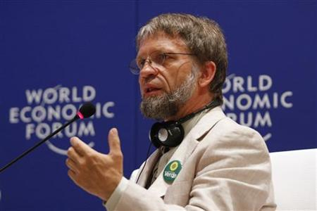 Colombian presidential candidate of the Green Party Antanas Mockus speaks during the Toward Low-Carbon Prosperity forum at the World Economic Forum on Latin America in Cartagena April 8, 2010. REUTERS/Jairo Castilla