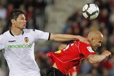 <p>José Nunes (à esquerda), do Real Mallorca, luta pela bola com Nikola Zigic, do Valencia, na partida pela primeira divisão do Campeonato Espanhol no estádio de Onoestadi, em Mallorca, 11 de abril de 2010. REUTERS/Enrique Calvo</p>