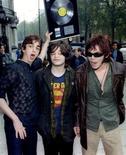 """<p>A banda de rock Supergrass deixa cerimônia de premiação da revista """"Q"""", quando o grupo recebeu prêmio de Artista Revelação. A banda britânica, que fez sucesso nos anos 1990 com músicas como """"Alright"""" e """"Richard III"""", anunciou nesta segunda-feira o fim do grupo. 07/11/1995 REUTERS/Simon Kreitem</p>"""
