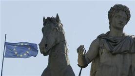 <p>Bandiera europea vicina alla statua del Campidoglio, foto d'archivio. REUTERS/Tony Gentile</p>