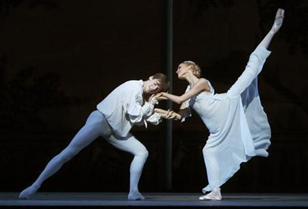 Dancers perform as Romeo and Juliet during a rehearsal at the Royal Opera House in London, August 3, 2009. REUTERS/Luke MacGregor