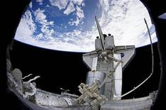 <p>Astronauti Usa al lavoro all'esterno dello space shuttle Discovery, lo scorso 13 aprile. REUTERS/NASA/Handout</p>