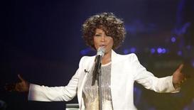 <p>Imagen de archivo de la cantante estadounidense Whitney Houston, en un programa de televisión alemán en Freiburgo. Oct 3 2009. La cantante estadounidense Whitney Houston inició el martes el tramo británico de su gira mundial de conciertos, después de cancelar varias actuaciones por enfermedad, pero algunos críticos no se mostraron impresionados por su actuación. REUTERS/Johannes Eisele/ARCHIVO</p>