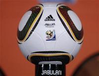 <p>Imagen de archivo de la pelota oficial del Mundial de Fútbol FIFA 2010 es presentada durante una cofnerencia de prensa en Johannesburgo. Abr 8 2010. Los aficionados de Sudáfrica podrán comprar en efectivo medio millón de entradas para el Mundial, después de que la FIFA acordase el miércoles eliminar la norma de comprarlas exclusivamente online o mediante un complicado proceso de votación. REUTERS/Peter Andrews</p>