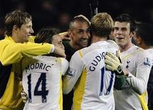 <p>Jogadores do Tottenham Hotspur comemoram vitória sobre o Arsenal pelo Campeonato Inglês, ressucitando chances de classificar-se para a Liga dos Campeões. REUTERS/Kieran Doherty</p>