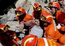 <p>Спасатели извлекают раненого мужчину из-под обломков после землетрясения в районе Юйшу, КНР 15 апреля 2010 года. Число жертв землетрясения в горной провинции Цинхай на юго-западе Китая выросло до 617 человек, ранены около 10.000 человек, 1.000 из них - тяжело, сообщило государственное информагентство Синьхуа в четверг. REUTERS/Stringer</p>
