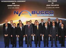 <p>Лидеры стран на подписании договора по Набукко, Анкара 13 июля 2009 года. Евросоюз сделал очередной шаг в обеспечении поставок туркменского газа для планируемого газопровода Набукко в ходе визита в Туркмению еврокомиссара по энергетике Гюнтера Ёттингера. REUTERS/Kayhan Ozer/Pool</p>