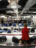 <p>Les ventes mondiales de PC ont fortement augmenté au premier trimestre, selon les estimations de cabinets d'études qui suggèrent que les entreprises reprennent leurs dépenses informatiques. /Photo d'archives/REUTERS/Eric Gaillard</p>