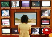 <p>Les perspectives de croissance de la télévision payante en France semblent limitées alors que la quasi-totalité de la population aura accès à au moins 18 chaînes de télévision gratuite fin 2011 et que de plus en plus de programmes sont disponibles en vidéo à la demande (VOD). /Photo d'archives/REUTERS/Eric Gaillard</p>