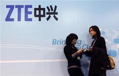 <p>Le numéro deux chinois de la fabrication d'équipements télécoms ZTE Corp anticipe une hausse de ses ventes à l'étranger après une année 2009 décevante en la matière. Le groupe a par ailleurs démenti les rumeurs faisant état d'un intérêt pour le rachat de Palm. /Photo prise le 17 février 2010/REUTERS/Albert Gea</p>