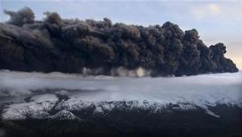 <p>Облако пыли поднимается в небо из вулкана Эйяфьятлайокудль на юге Исладнии 14 апреля 2010 года. Исландский вулкан все еще выбрасывает пепел в атмосферу, хотя интенсивность выбросов может вскоре пойти на убыль, оставляя тысячам заблокированных пассажиров и несущим гигантские убытки авиакомпаниям надежду. REUTERS/Jon Gustafsson</p>