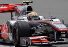<p>O piloto Lewis Hamilton da McLaren durante sessão de treino livre para o Grande Prêmio da China. Hamilton estabeleceu nesta sexta-feira um primeiro patamar para o Grande Prêmio da China do fim de semana, ao estabelecer a volta mais rápida das duas primeiras sessões dos treinos livres para a prova. 16/04/2010 REUTERS/Jason Lee</p>