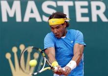 <p>Rafael Nadal rebate jogada de Juan Carlos Ferrero durante jogo de quartas-de-final no Masters de Monte Carlo. Nadal continuou sua forma arrasadora nesta quinta-feira e se classificou para as quartas-de-final do torneio. O argentino David Nalbandian também avançou. 16/04/2010 REUTERS/Sebastien Nogier</p>
