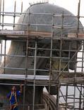 """<p>Des vandales ont peint à la bombe des graffiti sur la statue du Christ Rédempteur qui domine Rio de Janeiro du haut du mont Corcovado, ce qui a amené le maire de la ville à dénoncer un """"crime contre la nation"""". /Photo prise le 15 avril 2010/REUTERS/Genilson Araujo-Ag O Globo</p>"""